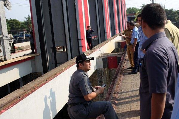 Walikota Tangerang tinjau pintu air yang jebol. (ist)