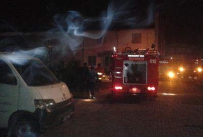 Petugas pemadam tiba di lokasi kebakaran. (ist)