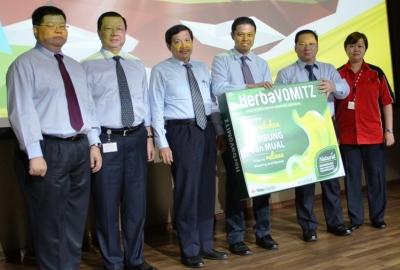 Direksi Dexa Medika saat meluncurkan produk HerbaVOMITZ