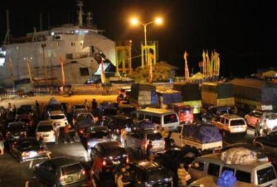 Antrean kendaraan di Pelabuhan Merak. (bbs)