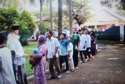 Wahidin Halim saat menerima kunjungan warga. (nai)