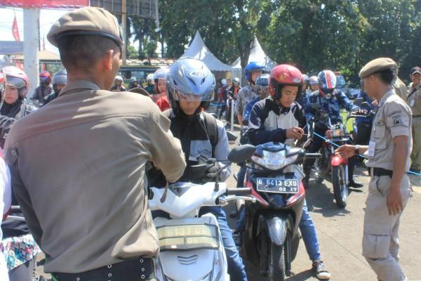 Petugas memeriksa KTP dalam Operasi Yustisi Kependudukan. (dok)