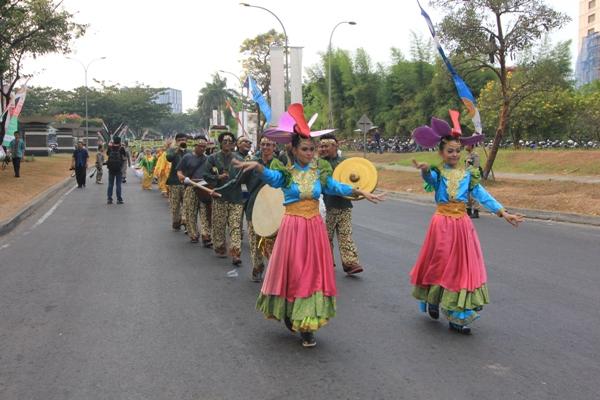 Pawai Budaya Harganas di Jalan Raya Serpong. (kie)