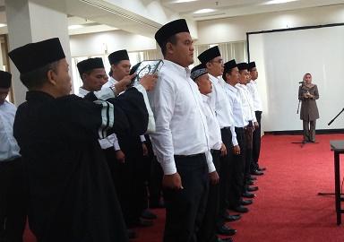 Anggota Panwascam saat dilantik di Serpong. (dd)
