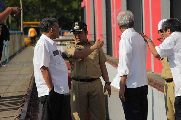 Walikota Tangerang saat mengecek pintu air 10. (nai)