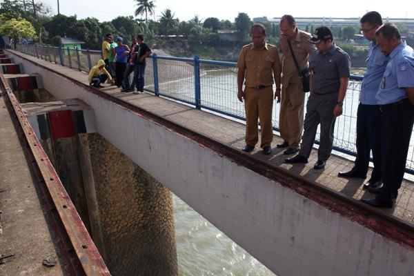 Walikota dan jajarannya meninjau Pintu Air 10. (ist)
