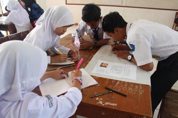 Siswa SMPN 2 Mandalawangi  menuliskan laporan diskusi hasil pembelajaran. (ist)