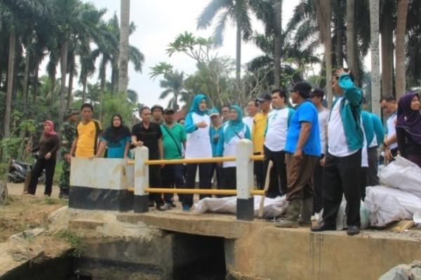 Walikota, Kepala DBMSDA dan jajarannya meninjau lomba Bersih Saluran. (ist)