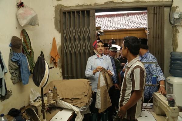 Walikota Tangsel meninjau kampung konveksi di Pondok Aren. (dok)