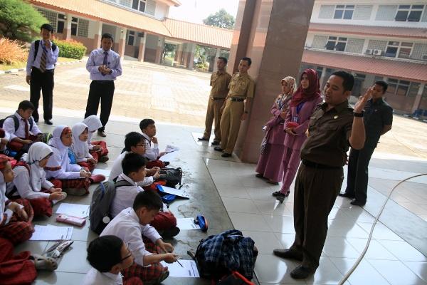 Walikota Tangerang memberi penjelasan kepada murid SD Syafana Islamic School. (ist)