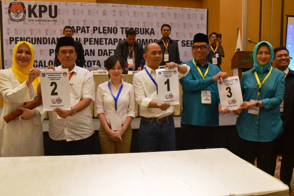 Pasangan calon pamer nomor urut usai pleno yang digelar KPU Tangsel. (one)