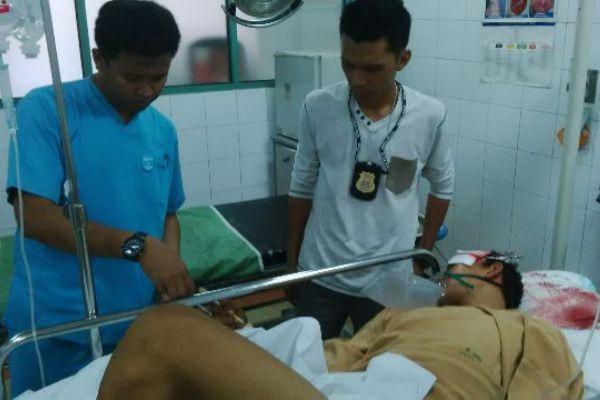 Petugas lapangan DKP Kota Tangerang, mendapat perawatan dari tim medis. (nai)