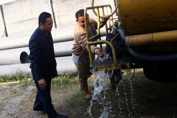 Walikota mengecek keran air dari mobil tangki. (ist)