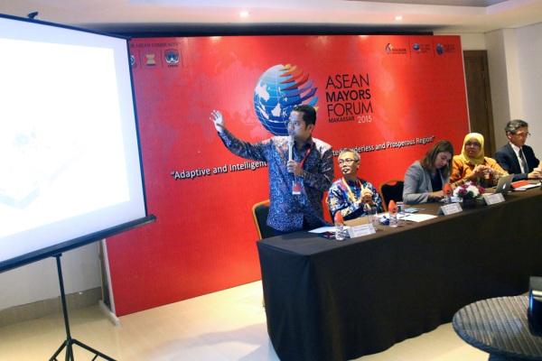 Arief memaparkan program Tangerang Live pada ASEAN Mayor Forum. (ist)