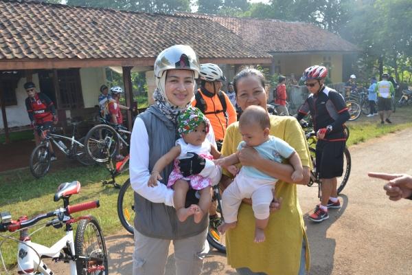 Airin Rachmi Diany, menyapa warga usai berkeliling naik sepeda. (ist)