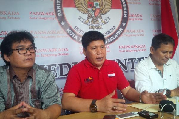 LIRA memberikan keterangan kepada pers di Sekretariat Panwaskada Tangsel. (one)