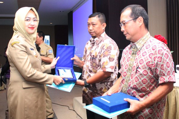 Walikota Tangsel memberikan penghargaan kepada perwakilan perusahaan. (zah)