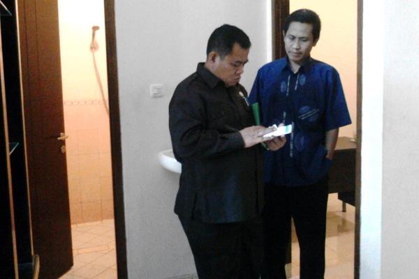 M Ramlie berbincang dengan M Taufiq usai pemeriksaan. (one)