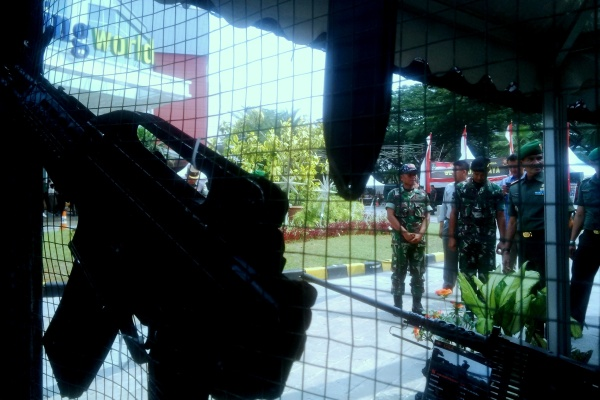 Danrem Kolonel Kaveleri M. Zamroni tengah meninjau salah satu stan Pameran Alutsista TNI AD (bud)