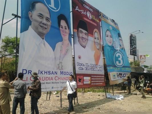 Baliho pasangan calon di Bundaran Maruga, Ciputat. (one)