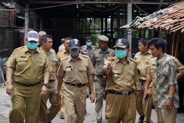 Pegawai Pemkot Tangerang mengimbau warga membongkar bangli di bantaran Sungai Cisadane. (ist)