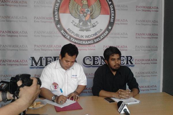 Tim Ikhsan-Li Claudia memberikan keterangan di kantor Panwaskada. (one)