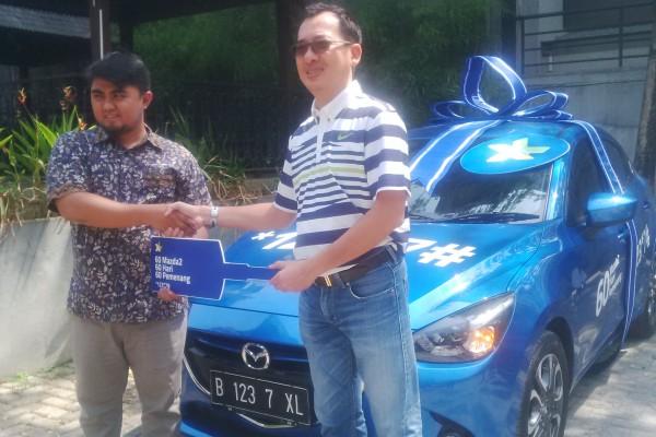 Djie Yannes, GM Sales Operation Regional Jabodetabek menyerahkan hadiah secara simbolis kepada Satria Pratama. (bud)
