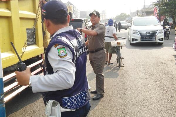 Walikota Tangerang membantu atur lalu lintas di Jalan Merdeka. (ist)