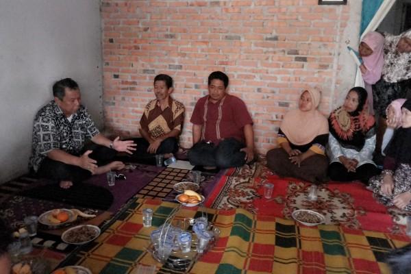 Benyamin Davnie saat berdiskusi dengan warga Kelurahan Kranggan. (one)