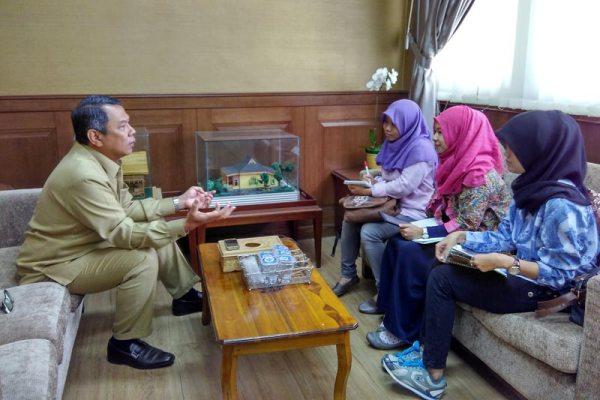 Benyamin Davnie saat berdiskusi dengan mahasiswa UIN. (ist)