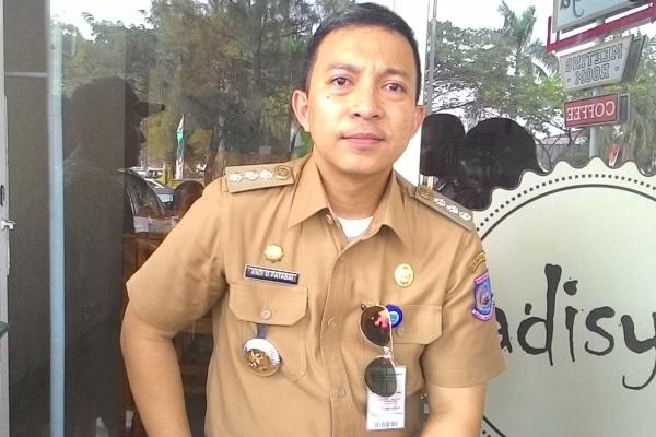 Camat Ciputat, Andi Dandi Patabay. (one)
