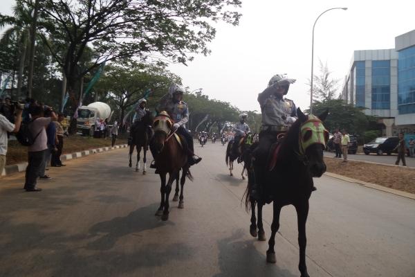 Pasukan Berkuda Dishubkominfo Tangsel saat Pawai Ta'aruf MTQ ke VI. (man)