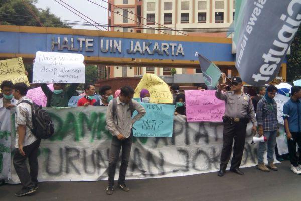 Spanduk tuntutan HMI saat unjuk rasa di UIN Syarif Hidayatullah. (hai)