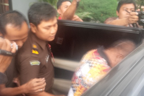 Mantan Kepala Damkar Kota Tangerang, Diding Iskandar saat masuk ke mobil tahanan Kejari. (don)