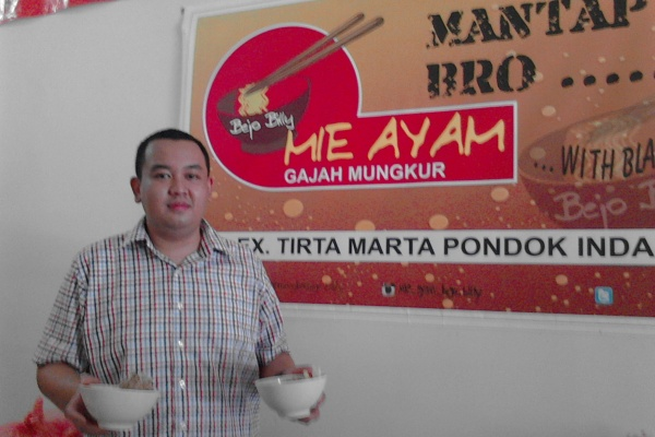 Sang owner, Billy memamerkan menu di Mie Ayam Bejo Billy Gajah Mungkur. (one)