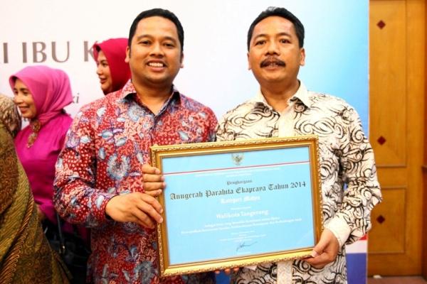 Walikota Tangerang, Arief R Wismansyah bersama dengan Kepala Bappeda Kota Tangerang, Said Endrawiyanto menerima piagam penghargaan Anugerah Parahita Eka Praya Madya dari Kementrian Pemberdayaan Perempuan dan Perlindungan Anak beberapa waktu lalu. (ist)