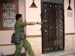 Petugas mendobrak rumah warga negara asing