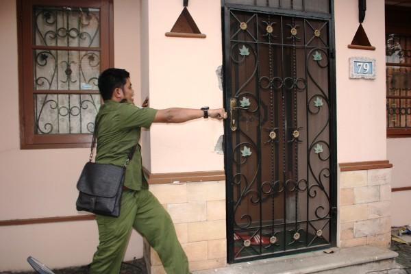 Petugas mendobrak rumah warga asing di Lippo Karawaci. (nai)