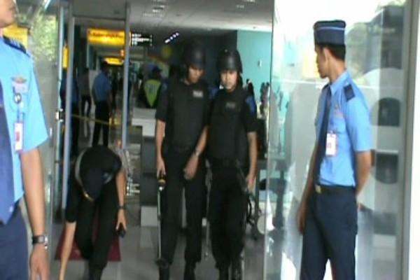 Tim Gegana melakukan penyisiran bom pada simulasi penanganan bom di Bandara Soekarno Hatta. (don)