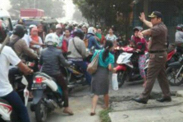 Walikota Tangerang atur lalu lintas di Jalan M Toha. (nai)