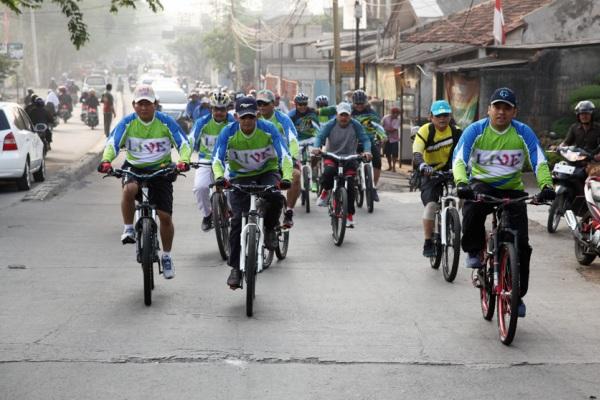 Walikota Tangerang sidak pembangunan dengan bersepeda. (ist)