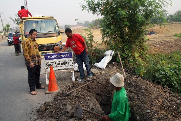 Walikota Tangerang saat sidak drainase. (ist)