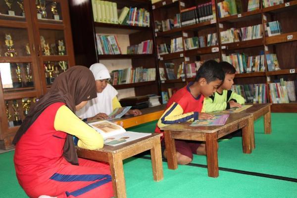 Murid-murid tengah membaca di Perpustakaan SDN Tegal Jetak. (ist)