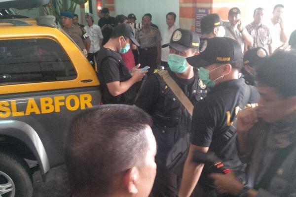 Petugas Gegana Polda Metro Jaya dikerahkan ke lokasi ledakan di Mall @Alam Sutera. (don)