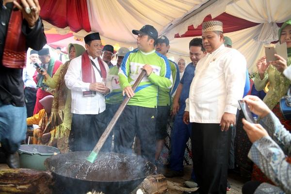 Walikota Tangerang, Arief R Wismansyah mengaduk dodol dalam Festival Seni Budaya Betawi. (ist)