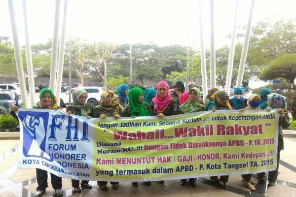 Forum Honorer Indonesia (FHI) Kota Tangsel demo di kantor DPRD setempat. (ist)