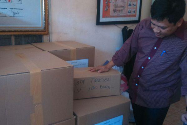 Anggota KPU menunjukkan logistik Pilkada Tangsel. (jok)