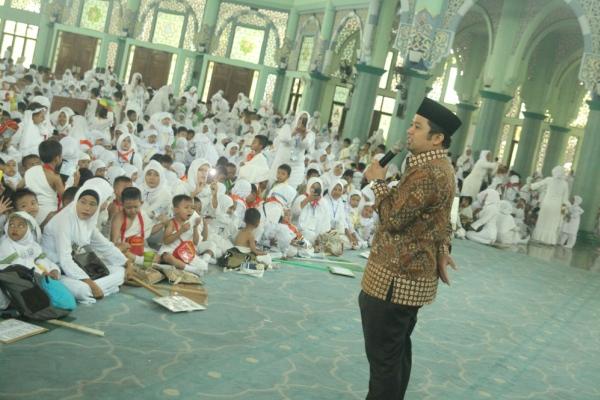 Walikota Tangerang saat kegiatan manasik haji di Masjid Raya Al Azhom. (dok)