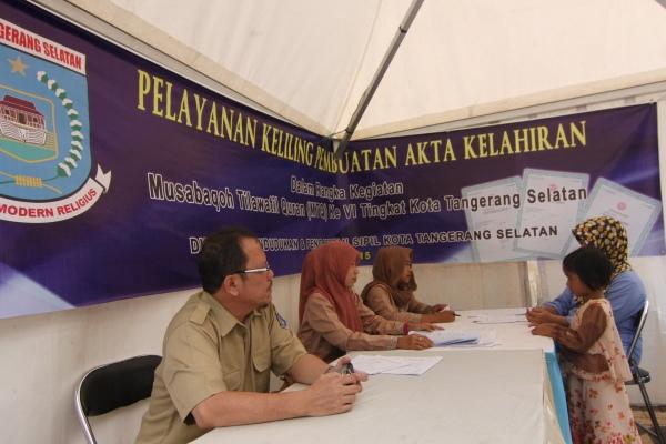 Petugas Disdukcapil melayani pembuatan akta kelahiran di area MTQ, Taman Kota 2, Serpong. (san)