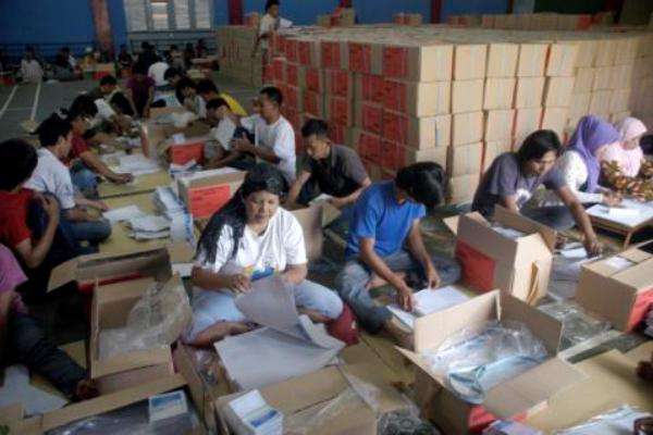 Pelipatan kertas suara pada Pemilu Legislatif 2014 lalu. (ymw)